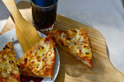 Pizza y taza calientes de cola Fotografía de archivo