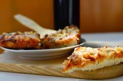 Pizza y taza calientes de cola Fotos de archivo libres de regalías