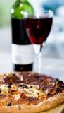 Pizza y vino Fotografía de archivo
