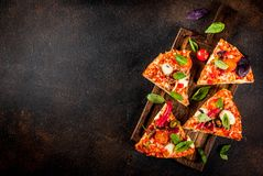 Pizza y vino rojo imágenes de archivo libres de regalías