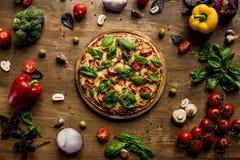 Pizza z świeżymi ziele fotografia royalty free