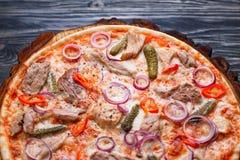 Pizza z apetyczną skorupą, karmowy tło Zamyka up świeży Obraz Royalty Free