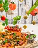 Pizza z baleronem i oliwkami zdjęcie stock