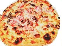 Pizza z baleronem i pomidorem odizolowywającymi na bielu obrazy royalty free