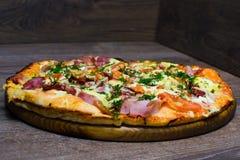 Pizza z baleronem i serem na desce Obraz Stock