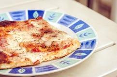 Pizza z baleronem, mozzarella, pomidory od piekarnia sklepu Catania, Sicily, Włochy fotografia stock