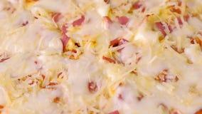 Pizza z bekonem i serem blisko lily farbuje mi?kki na widok wody zbiory wideo
