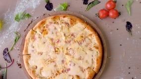 Pizza z bekonem i serem na drewnianej desce na stole Zako?czenie odg?rny widok zbiory