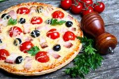 Pizza z bekonem, oliwkami i pomidorem, Zdjęcia Stock