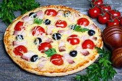 Pizza z bekonem, oliwkami i pomidorem, Zdjęcia Royalty Free