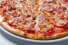 Pizza z cebulą, baleronem, serem i pomidorem, Biały tło Obrazy Royalty Free