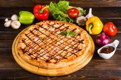Pizza z cebulą, bekonem i grilla kumberlandem, obrazy royalty free