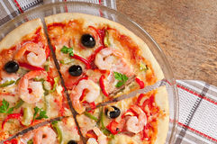 Pizza z garnelą, łososiem i oliwkami, Zdjęcia Stock