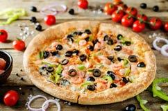 Pizza z garnelą, oliwkami, zielonym pieprzem i cebulą, obraz royalty free