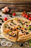 Pizza z garnelą, oliwkami, zielonym pieprzem i cebulą, zdjęcia royalty free