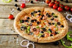 Pizza z garnelą, oliwkami, zielonym pieprzem i cebulą, zdjęcie stock