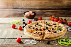Pizza z garnelą, oliwkami, zielonym pieprzem i cebulą, obrazy royalty free