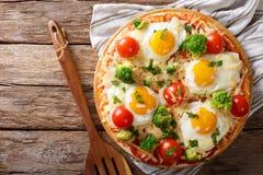 Pizza z jajkami, serem, brokułami, pomidorami i ziele zakończeniem, fotografia stock