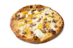 Pizza z kiełbasą, grulami i mozzarellą, fotografia royalty free