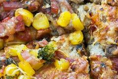 Pizza z kukurudzą, baleronem, serem, brokułami i pieczarkami, Obraz Royalty Free
