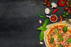 Pizza z Kulinarnymi składnikami i warzywami na kopii przestrzeni Zdjęcia Stock