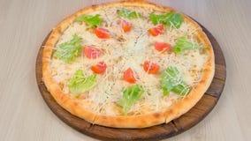Pizza z kurczakiem, ser, pomidory i sa?ata na wierzcho?ku na drewnianej desce, zdjęcie wideo