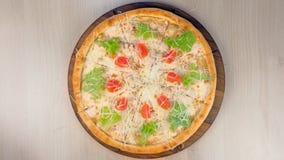 Pizza z kurczakiem, ser, pomidory i sa?ata na wierzcho?ku na drewnianej desce, zbiory