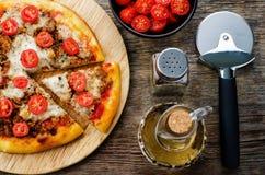 Pizza z mięsem, mozzarellą i pomidorami, Fotografia Royalty Free