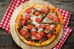 Pizza z mięsem, mozzarellą i pomidorami, Zdjęcia Royalty Free
