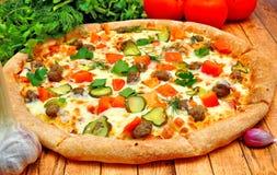 Pizza z mięsem, ogórkami, pomidorami i zieleniami, zdjęcia stock