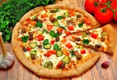 Pizza z mięsem, ogórkami, pomidorami i zieleniami, fotografia stock