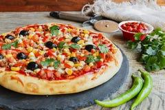 Pizza z minced mięsnymi pomidorowymi serowymi kukurydzanymi oliwkami Obrazy Stock
