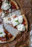 Pizza z niektóre naprawdę ładną mozzarellą obraz stock