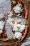 Pizza z niektóre naprawdę ładną mozzarellą zdjęcie stock