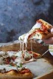 Pizza z niektóre naprawdę ładną mozzarellą zdjęcia stock