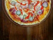 Pizza z ogórkiem na drewnie zdjęcia royalty free