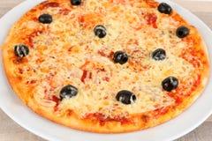 Pizza z oliwkami i salami zdjęcie stock