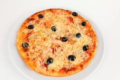 Pizza z oliwkami i salami fotografia stock