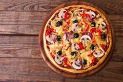 Pizza z owoce morza na drewnianym stołowym odgórnym widoku zdjęcia stock