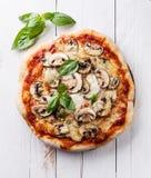 Pizza z pieczarkami i basilem zdjęcie stock