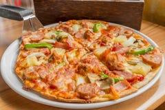 Pizza z polewy wieprzowiny kiełbasą, Włoska kiełbasa, pepperoni, brzęczenia Zdjęcia Royalty Free