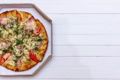 Pizza z pomidorami Odgórny widok na białym drewnianym stole z kopii przestrzenią dla twój teksta zdjęcie stock