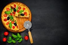Pizza z pomidorem i basilem na kopii przestrzeni Fotografia Stock
