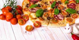 Pizza z salami pikantność na białym drewnianym tle z kopii przestrzenią i warzywami Zdjęcie Royalty Free
