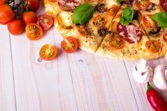 Pizza z salami pikantność na białym drewnianym tle z kopii przestrzenią i warzywami Obrazy Royalty Free