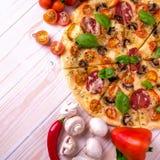 Pizza z salami pikantność na białym drewnianym tle z kopii przestrzenią i warzywami Zdjęcia Stock