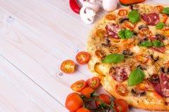 Pizza z salami pikantność na białym drewnianym tle z kopii przestrzenią i warzywami Obraz Royalty Free