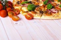Pizza z salami pikantność na białym drewnianym tle z kopii przestrzenią i warzywami Zdjęcia Royalty Free