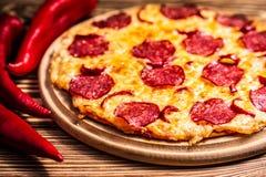 Pizza z serem i salami zdjęcie stock