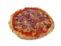 Pizza z tuńczykiem i cebulą nad karmowym Italia zdjęcia stock